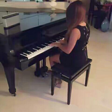 Le piano revient sur les photos de Julia Gameuse. Il vaut 4 000 euros au minimum… s'il est d'occasion.