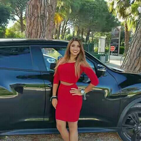 Julia Gameuse demande 1800 euros par mois, mais la bagnole derrière vaut 10 fois plus.