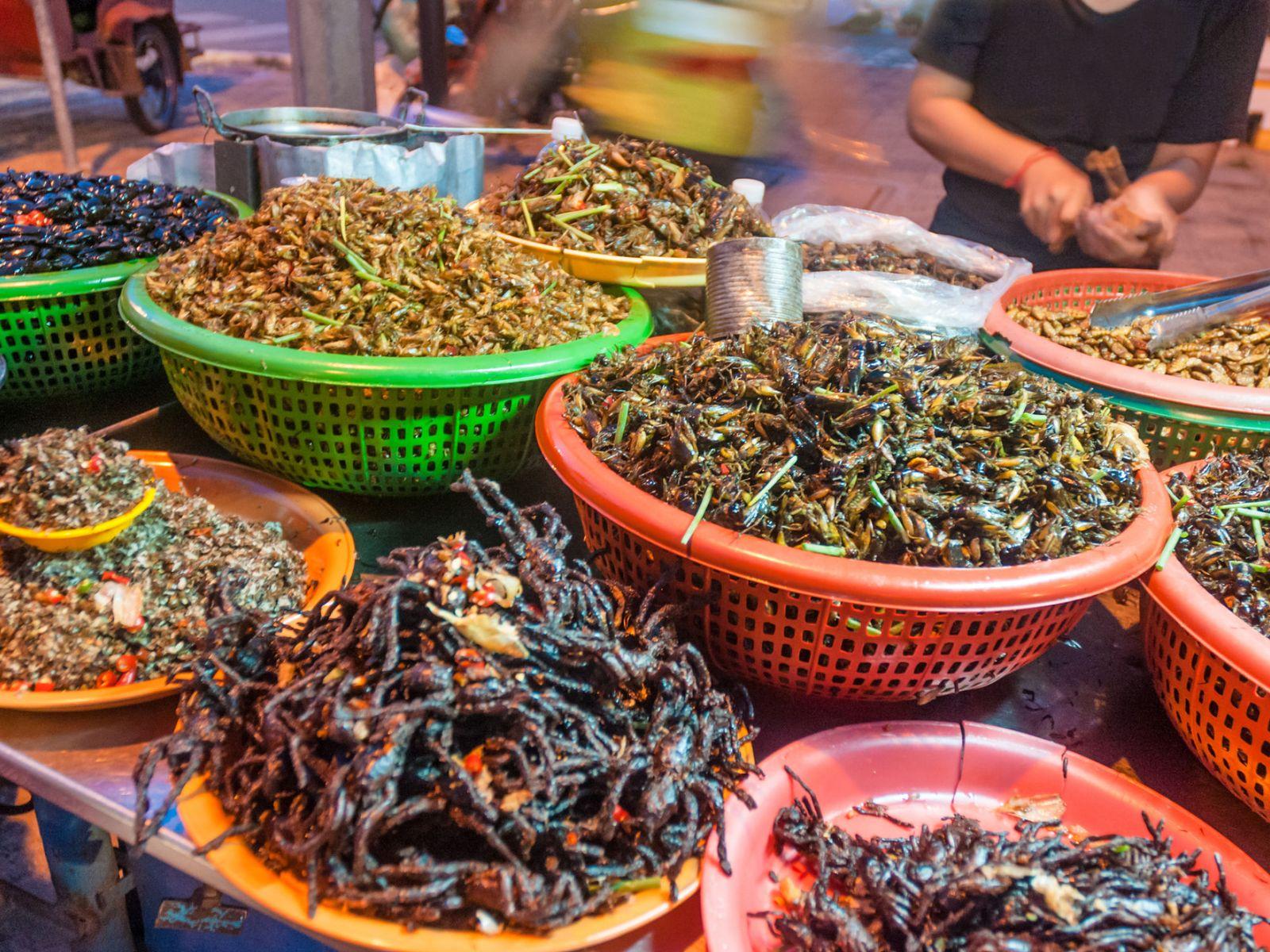 Les insectes frits, comme ceux du Cambodge, sont une source alimentaire populaire dans de nombreuses régions du monde.