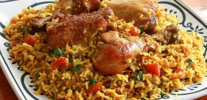 Le Machboos, un plat traditionnel des Emirats Arabes Unis que la femme a utilisé pour cuire et préparer son petit ami pour le servir à ses voisins. Note : Cette image contient du poulet et non les restes du petit ami en question.