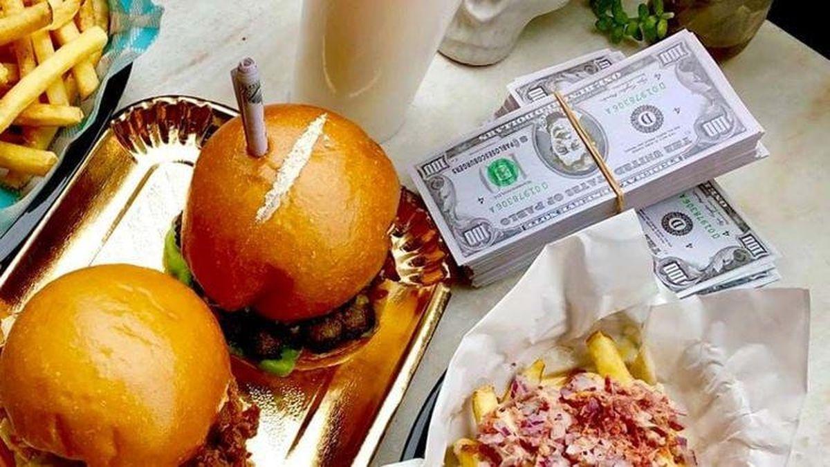 Pablo's Escoburgers, un fast-food qui suscite la controverse avec des hamburgers décorés avec une fausse ligne de cocaïne