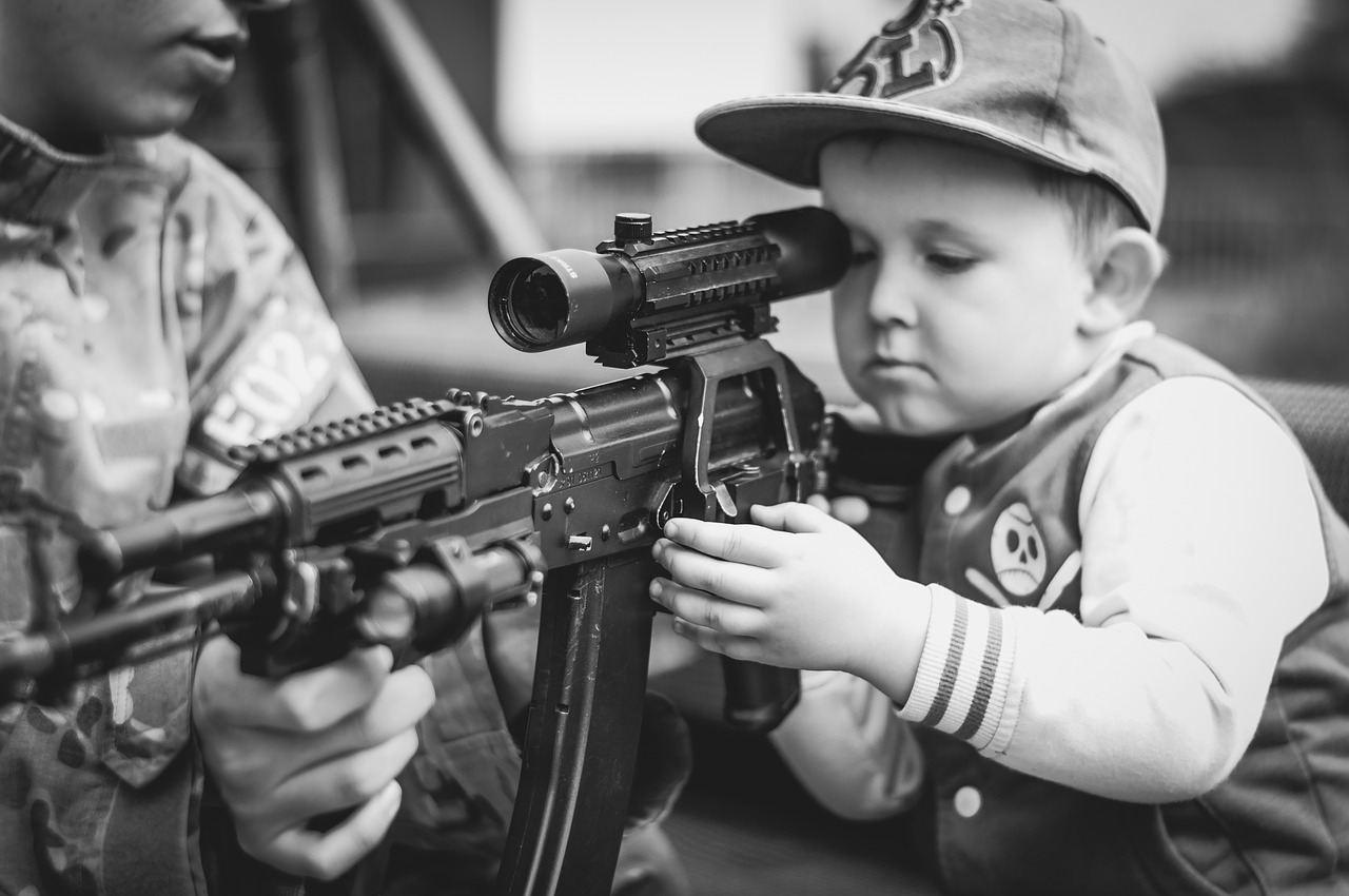 Les armes à feu ne sont pas un droit constitutionnel en Amérique. C'est un droit pour les blancs pour massacrer des minorités.
