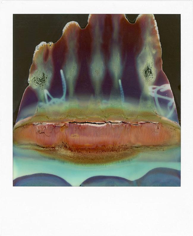 Catene allineate di polivinilene su fogli di plastica da 9x6,8 cm. In linguaggio meno tecnico: Polaroid. William Miller ci mostra cosa riesce a sviluppare con una vecchia SX-70. Bella, ingegnosa, ma quasi del tutto rotta.   LTVs, Ruined Polaroid, William Miller, Lancia TrendVisions