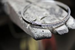 18K white gold diamond oval bangle