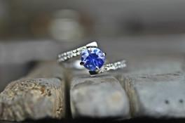 COMPASS POINT SAPHIRE & DIAMOND SPLIT SHANK RING