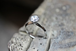 6 claw platinum classic design with a 1.00ct diamond