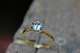 aquamarine solitaire 18 ct yellow gold