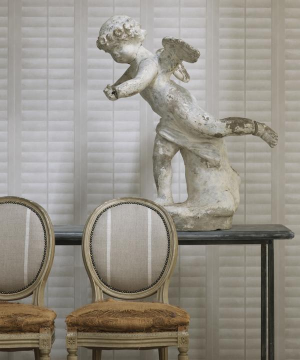 Plantation_Linen_wallpaper_vintage_chairs_in_Cape_White_linen_stripe_fabric_Lifestyle_Close_Up_