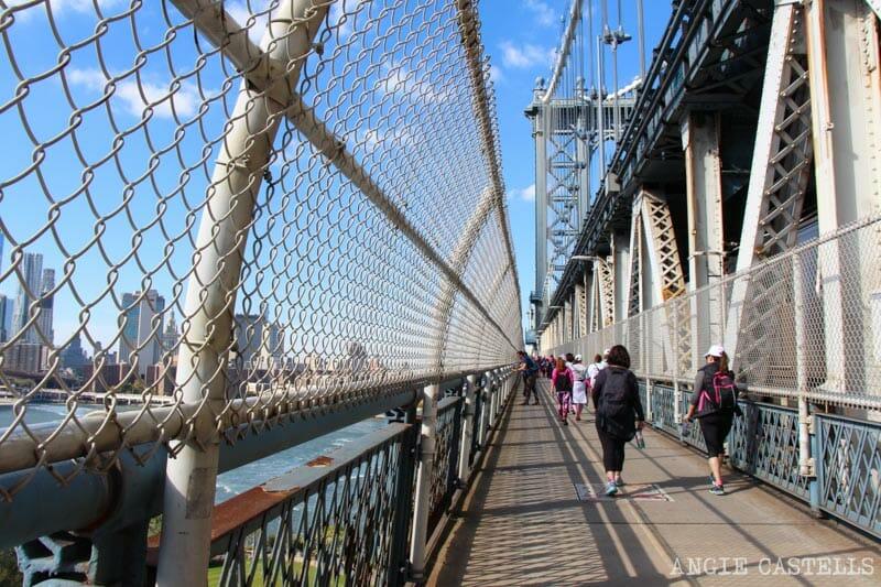Cruzar el puente de Manhattan, en Nueva York