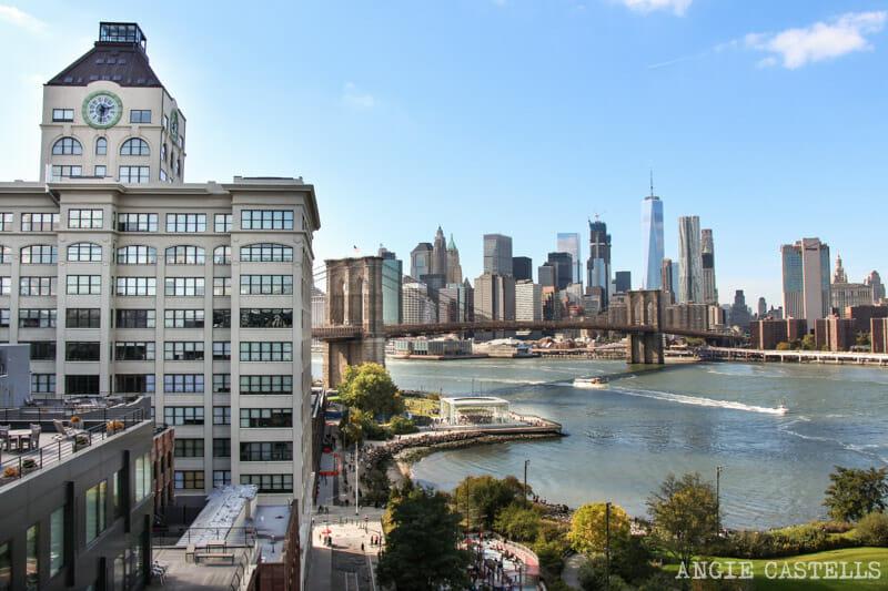 Cruzar el puente de Manhattan, en Nueva York, desde Dumbo
