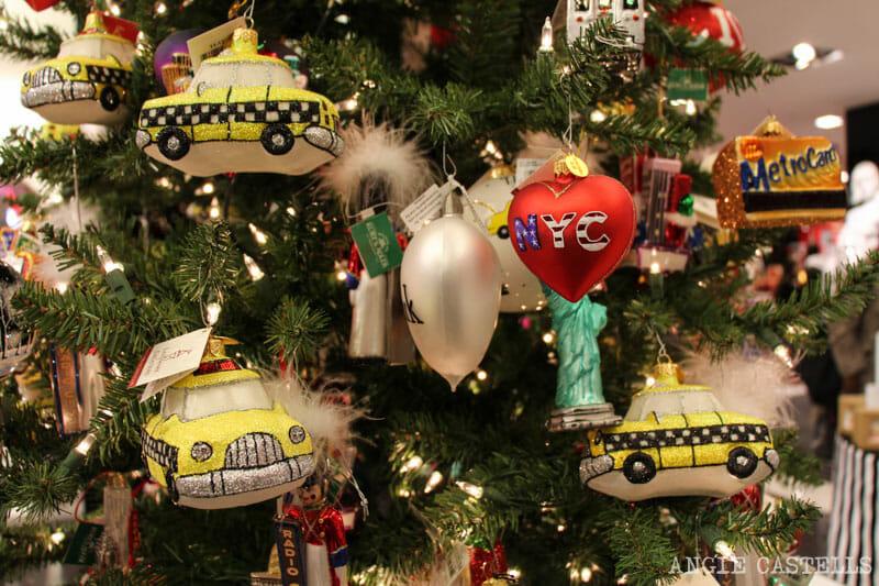 Las mejores decoraciones y escaparates navideños de Nueva York - Bloomingdales-adornos