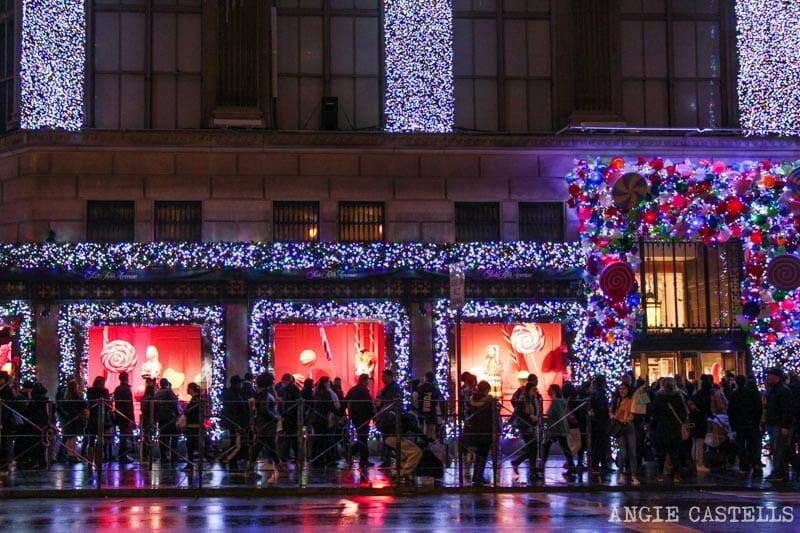 Las mejores decoraciones y escaparates navideños de Nueva York - Saks-Rockefeller