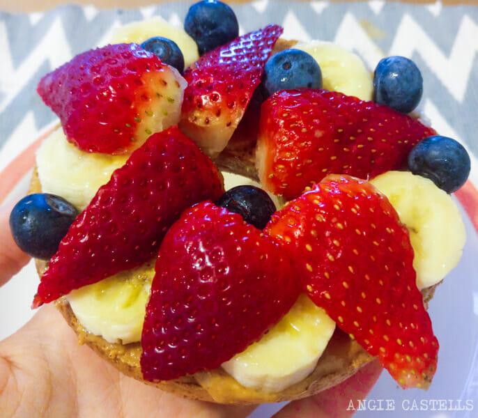 Bagel de Nueva York con mantequilla de cacahuete y fruta