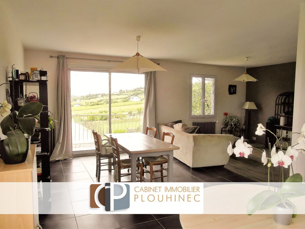 Au sein d'Hurigny, village à 5 mn de Mâcon, maison à vendre en position dominante, à 2 mn des commodités à pied. Elle se compose, au rez de chaussée, d'une cuisine d'été, chambre, buanderie et cave, puis à l'étage, d'une grande pièce de vie avec cuisine aménagée, donnant sur un balcon avec vue panoramique, de trois chambres et d'une salle de bain. Beau terrain arboré de 761 m² avec garage de 26 m². Toiture refaite en partie, combles et façade ré-isolés, électricité refaite. Ne reste que du rafraîchissement à prévoir.  A visiter sans tarder, produit rare de par son emplacement et son potentiel !