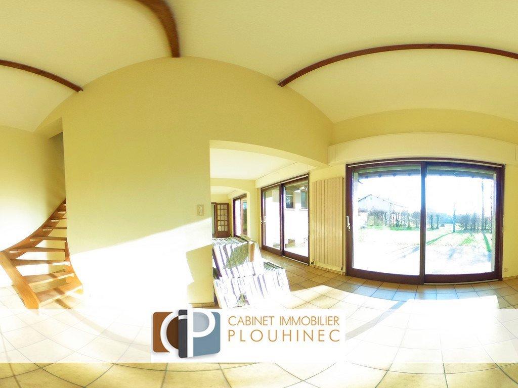 BIEN D'EXCEPTION - Maison d'architecte dans environnement sans aucunes nuisances! Conçue en suivant le modèle architecturale (nombre d'or) de Le Corbusier, cette maison s'organise en respectant un équilibre harmonieux entre chaque volume! Elle se compose d'une belle entrée, une pièce de vie de 48 m² avec plafond cathédrale, donnant sur une belle terrasse exposée sud, une cuisine indépendante donnant sur une autre terrasse exposée nord, 6 chambres dont une suite parentale avec salle de bain, dressing et terrasse privative, salle d'eau et buanderie.  Très lumineuse, elle profite de grandes baies vitrées donnant sur un terrain piscinable de 2460 m², sans aucun vis à vis. Garage et sous-sol de 68m². Beaucoup d'atouts qui font d'elle, une belle maison familiale!