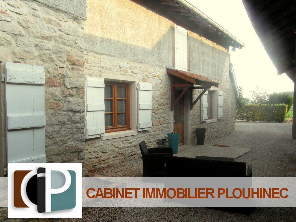 SOUS COMPROMIS DE VENTE Charme, caractère et potentiel définissent bien cette ferme rénovée en 2011, située à seulement 15 mn de Mâcon et 10 mn de Pont de Vaux - De plain pied, elle se compose d'une grande pièce de vie de 54 m² avec cuisine équipée, deux chambres, salle d'eau avec douche italienne et buanderie.  Le plus: un énorme potentiel d'agrandissement avec ses combles aménageables de 80 m² (2ème pompe à chaleur déjà installés pour le 1er étage + plans d'architecte à disposition) Terrain de 670 m² sans vis à vis ni nuisances, avec dépendances. Tranquillité assurée pour ce bien de charme ! A visiter sans tarder!
