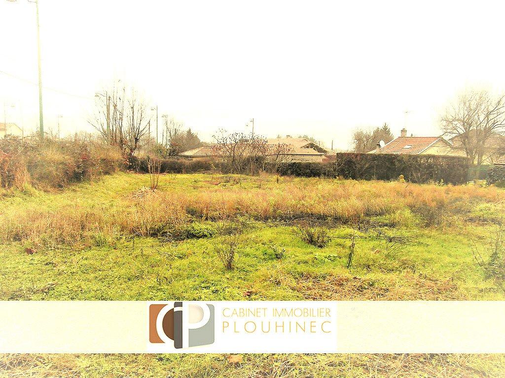A 5 mn de Mâcon, dans le village d'Hurigny, terrain constructible de 971 m². Libre constructeur, sans obligation de construction, terrain plat, sans vis à vis. A voir sans tarder !