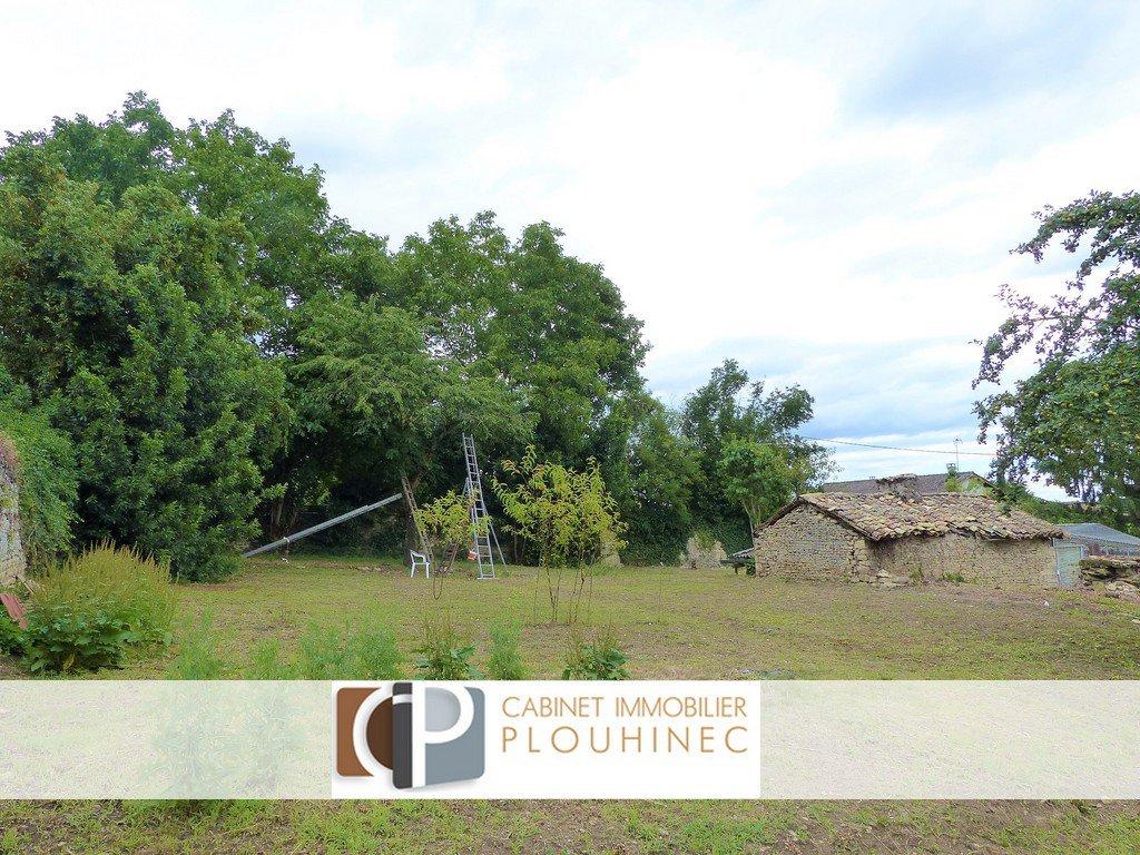 Sancé, à 5 mn de Mâcon, terrain constructible de 4863 m² avec viabilisation en bordure. Sur une partie du terrain, maison de 70 m² avec de nombreuses dépendances.  Différents projets possibles dont la division en plusieurs parcelles..