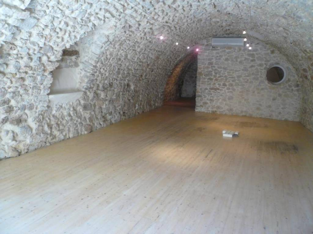 LORGUES, JOLI LOCAL COMMERCIAL DE 82  M² OU POSSIBILITE DE FAIRE UN APPARTEMENT