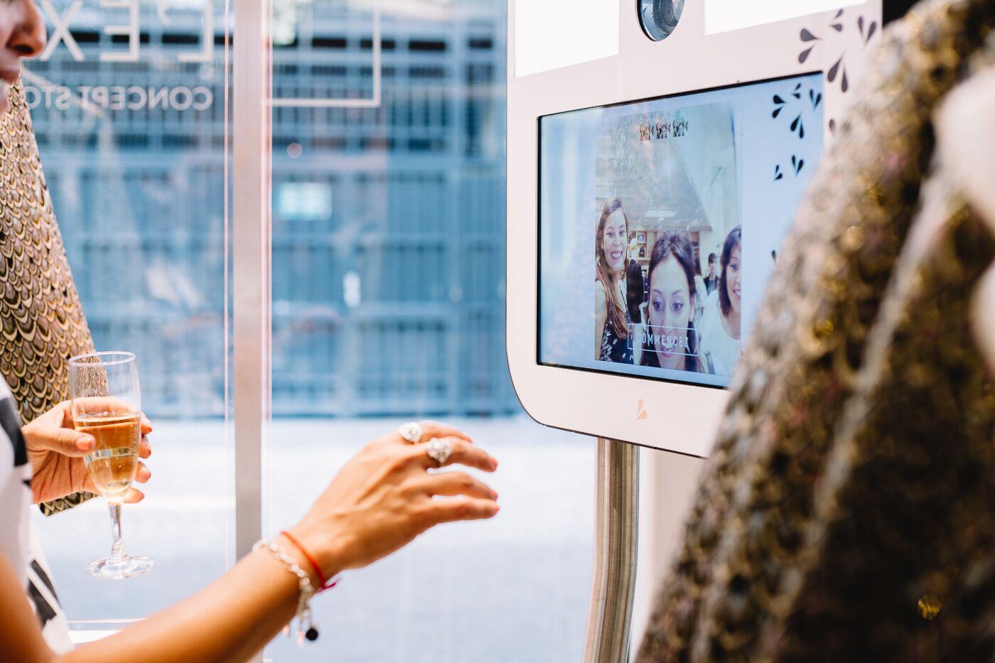 Des femmes devant un écran à moteur de recherche vocal au magasin L'Exception.jpg