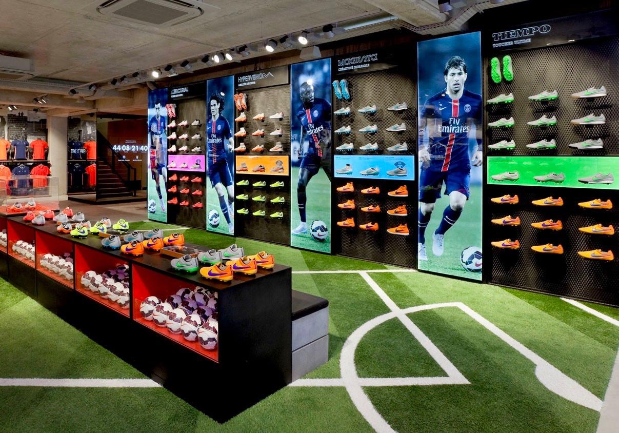 Fausses pelouse et écrans au magasin Nike des Champs-Elysées