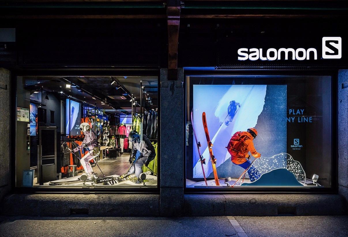 Mannequin skieurs dans les vitrines du magasin Salomon à Chamonix
