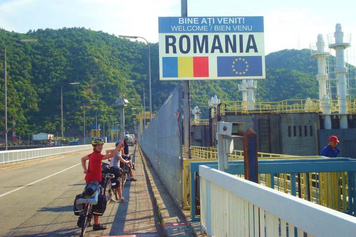 Cyclistes devant un panneau Roumanie