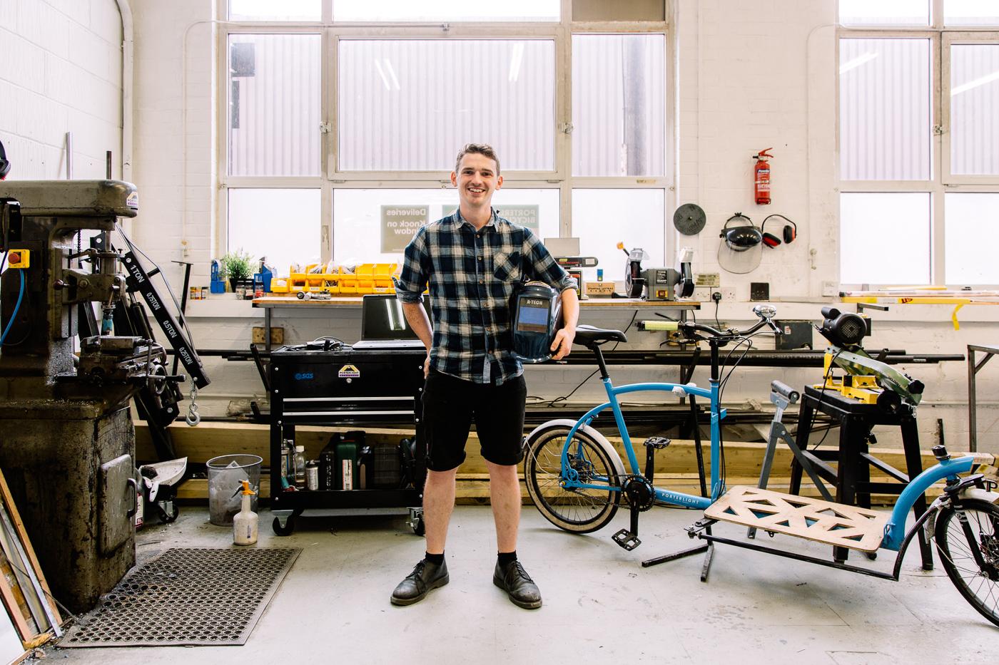Lawrence Brand de Porterlight Bicycles tient son vélo dans son atelier