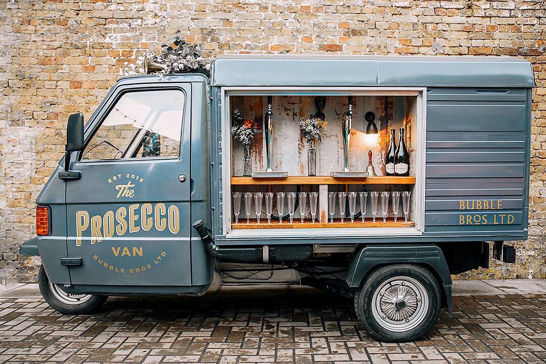 Camion à prosecco Bubble Bros ouvert avec une série de coupes et bouteilles