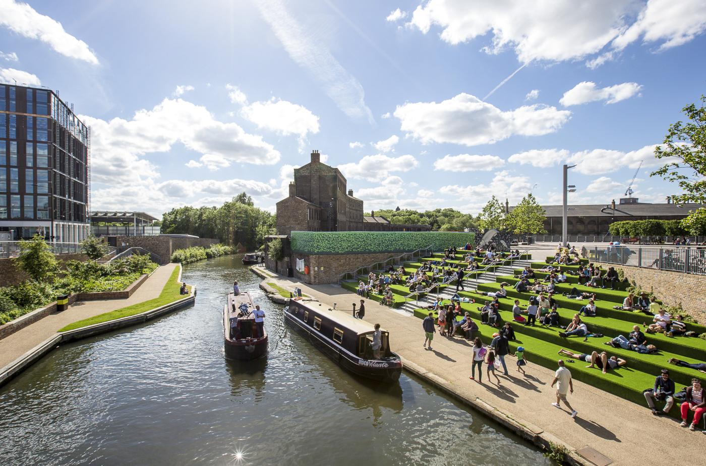 Péniche sur Regents Canal à côté de Granary Square à Londres