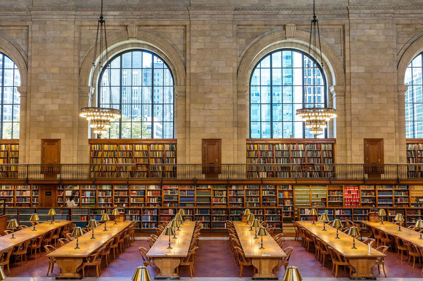 Larges fenêtres, bibliothèques, lustres et tables de travail de la New York Public Libary