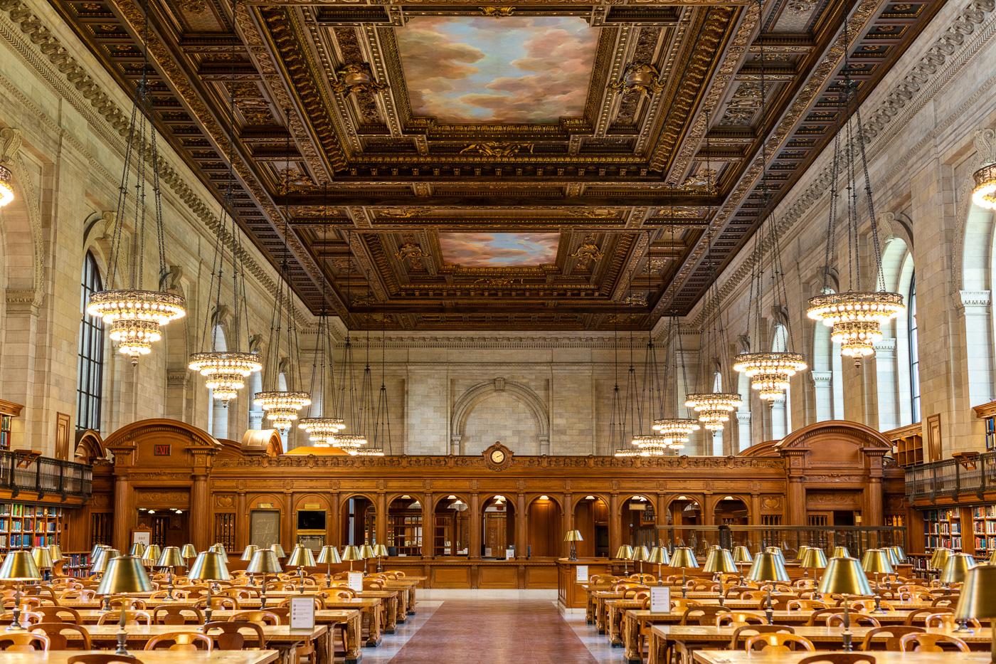 Plafond peint, boiseries, bibliothèques, lustres et tables de la New York Public Libary