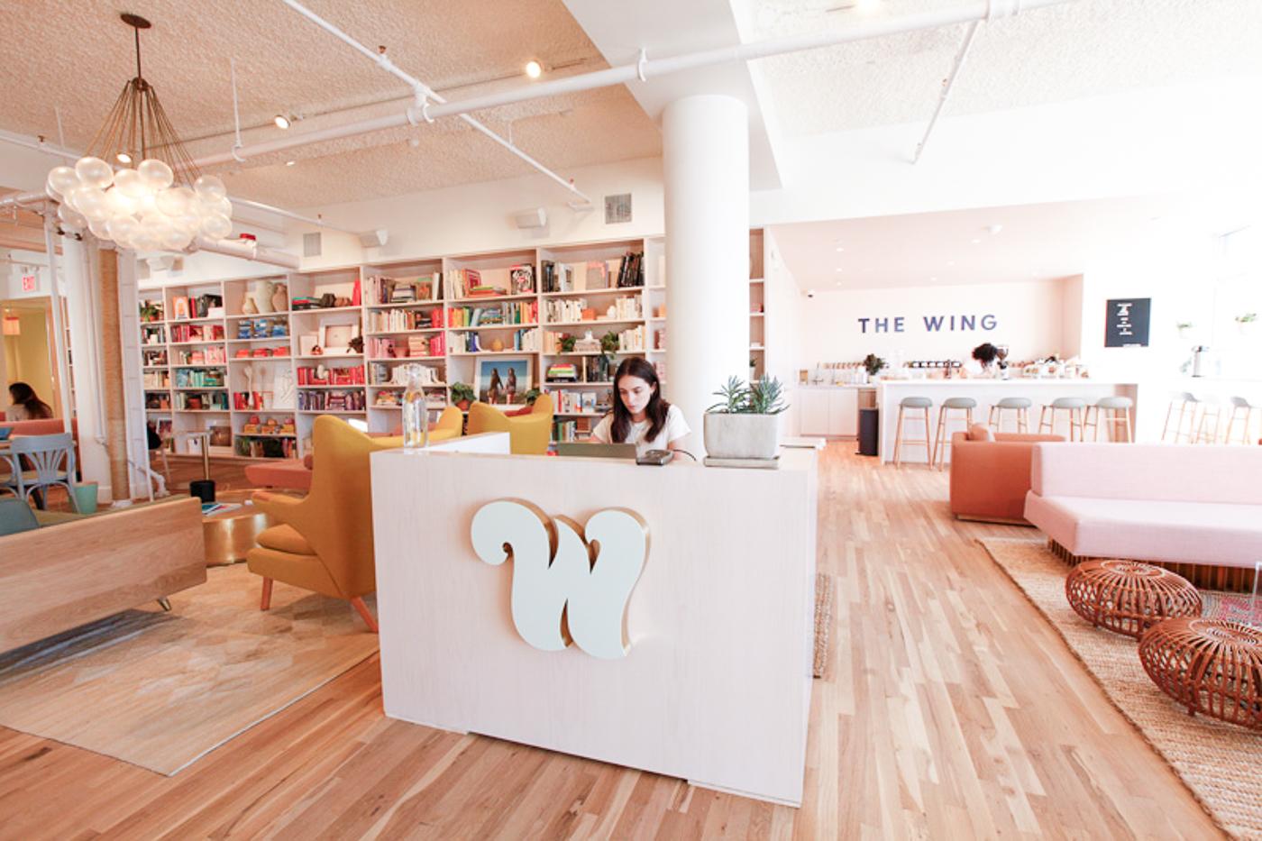 Réception de l'espace de coworking The Wing à New York : réceptionniste et bureau marqué d'un W