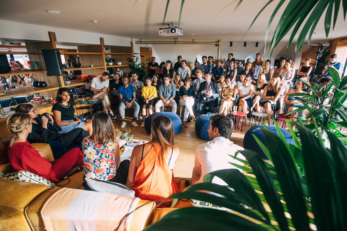 Le public et les intervenants de l'Underground Session dans la salle couverte du rooftop WeWork