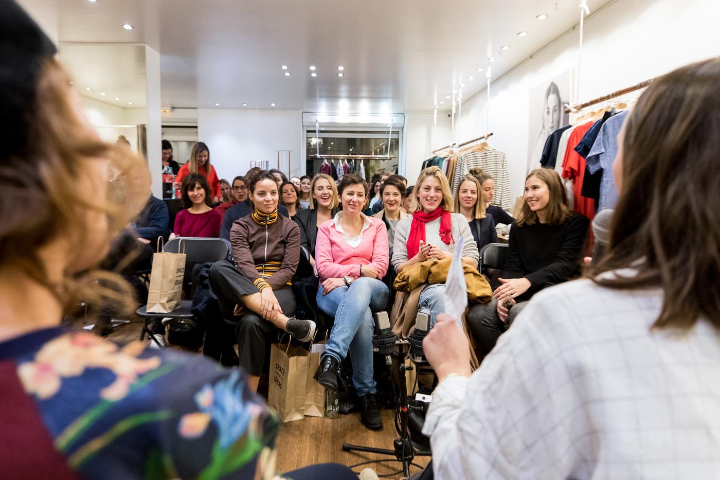 Public rigolant dans une boutique éphémère à Paris.