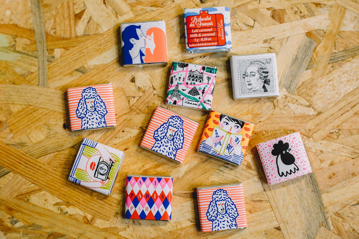 Petits carrés individuels Le Chocolat des Français sur une table
