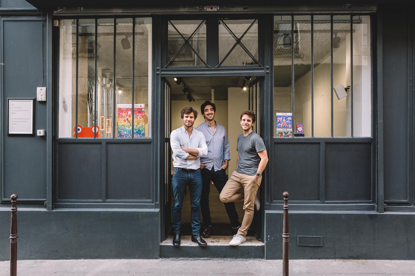 Les trois fondateurs du Chocolat des Français sur le perron de l'ancien atelier qui sera leur boutique éphémère