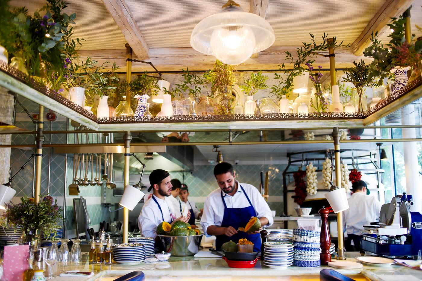 Chef Ciro Christiano et un employé dans les cuisines ouvertes du Mamma Primi