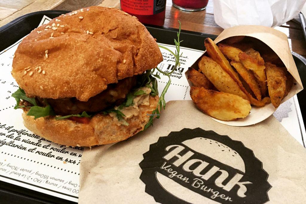 Hamburger Vegan et frites sur un plateau avec une serviette Hank Burger