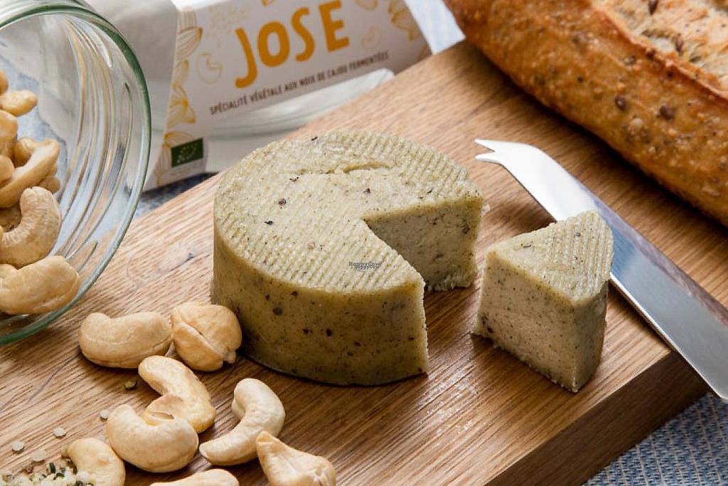 Fromages vegan Jay & Joy, noix de cajou et pain sur une planche
