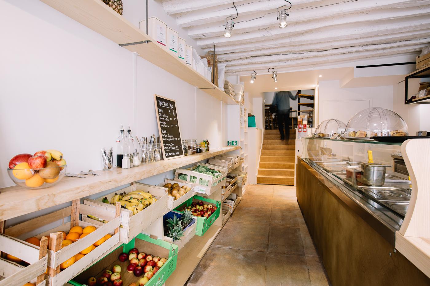 Intérieur du restaurant le D'Argout, comptoir et cagettes à légumes
