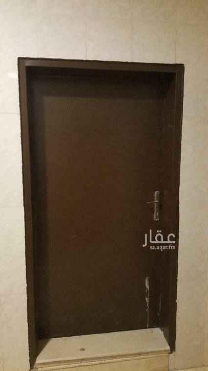 1391104 شقة صغيرة للايجار (( حي اشبيليا )) شقة عوائل صغيرة للايجار في فيلا سكنية  مكونه من: •مدخل واحد• •2غرفة+صالة كبيرة• •حمام واحدومطبخ• •المطبخ مفتوح على الصالة• •تفصيل الشقة غير مناسب للعوائل السعودية• •الشقة مفتوحة على بعض• •الشقة مصممه ومناسبة للاخوه الاجانب• •الدور رقم3• •الشقه شبه جديدة• •لايوجدومطبخ راكب• •جبس+بورسلان• •الماءوالكهرباءمجانآ• •موقف سيارة خاص• •الاجار20الف• •السعرنهائي• •غيرقابل للتفاوض• •فضلآ مراعاة اوقات الاتصال•