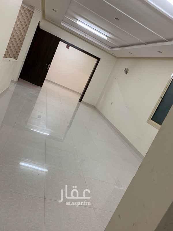 1508934 دور علوي للإيجار بحالة ممتازة:  مجلس + دورة مياة صالة+ غرفة طعام مطبخ مفتوح وراكب ٣ غرف نوم (غرفتين بدورة مياه مشتركة والرئيسية لها خاص) عداد كهرباء منفصل  مميزات الموقع:  ٢٠٠ متر عن المسجد. ٤٠٠ متر عن مركز ذا روف (صالة ڤوكس سينما + لولو هايبر). ٤٠٠ متر عن سوبرماركت العثيم. جميع الخدمات العامه قريبه ومتوفره