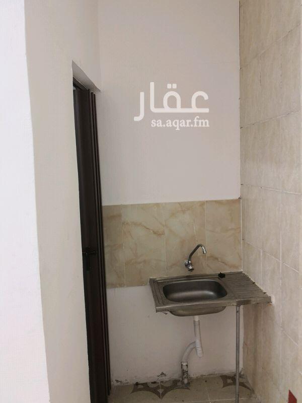 1383319 غرفة مع حمام بحي الشاطي 3 خلف البنك الأهلي بمبلغ 850 ريال شهريا شامل الكهرباء والماء.