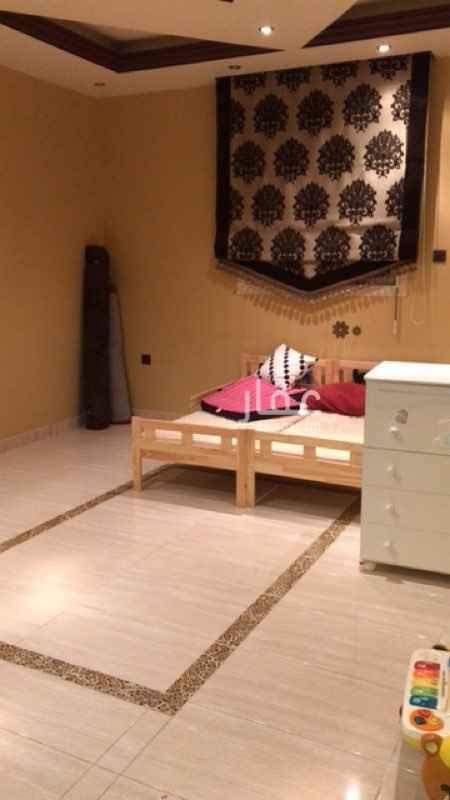 1571325 الدور الارضي: مقسم الى ٣ اقسام: - ٢ صالون رجالي مفتوح على بعض + دورة مياة + مساحة مغاسل - ٢ صالون نسائي مفتوح على بعض+ دورة مياة+ مساحة مغاسل - صالة + غرفة طعام كبيرة -مطبخ  -اجمالي عدد الغرف ٥ غرف كبيرة + صالة+ مطبخ + ٢ دورة مياة الدور الاول: -غرفة نوم رئيسية+ غرفة ملابس+ دورة مياة (جناح منفصل)  - ٢ غرف نوم + دورة مياة (جناح منفصل) - ١ غرفة نوم + دورة مياة+ سرفيس مطبخ (جناح منفصل) - صالة كبيرة - غرفة معيشة كبيرة - غرفة مكتب  الدور الثاني: - السطح - جزء الملحق ويتكون من: -صالة معيشة+ مطبخ - غرفة