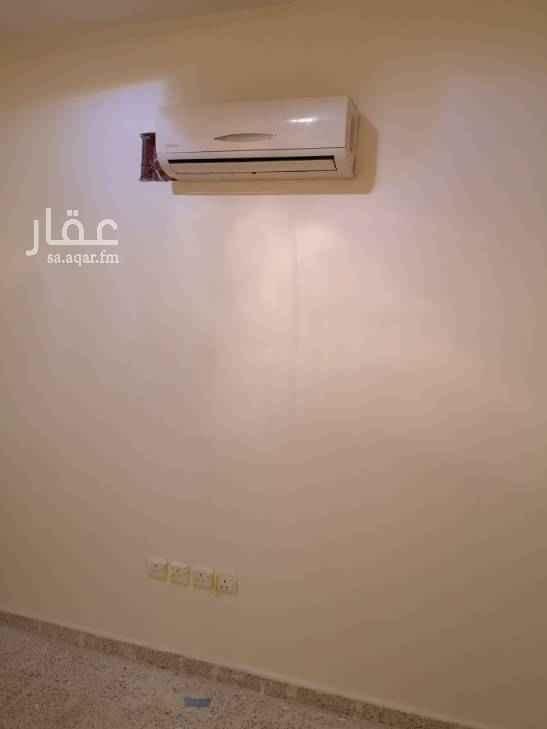 1785581 غرفة ٣*٤ مع مغسلة وحمام ومكيف سبلت الغرفة جزء من استراحة مع باب خاص على الشارع