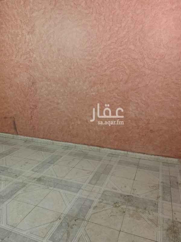 1555929 شقه مكونه من ٣ غرف بمنافعها قريبه من شارع الجامعه