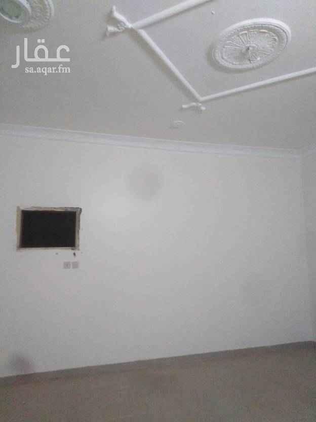 1715689 يوجد شقتين متقابله في كل شقة ٤غرف وصاله ومطبخ وحمام ٢ ومدخلين رجال ونساء