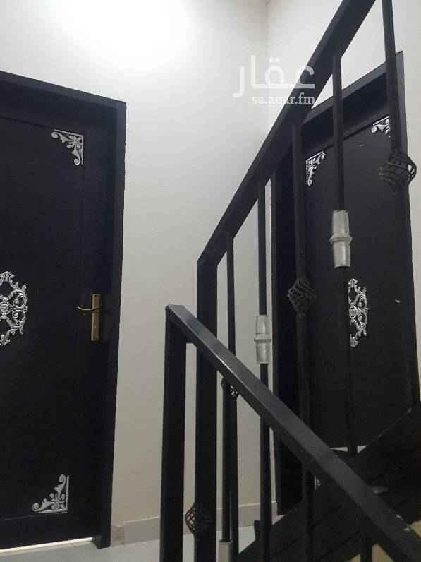 1481175 شقة في فيلا  مكونة من مجلس صاله غرفتين نوم مطبخ دورتين مياه مدخلين .   الشقة بالدور الثاني  الاجار ١٧٠٠٠ الف  بدون مكيفات ولا دواليب مطبخ ولا سطح . قريبة من مسجد . اللوكيشن صحيح .