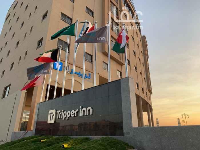 1720356 محل للإيجار يقع بنفس مبنى فندق تريبر إن ويوجد به تكييف وتجهيزات السلامه